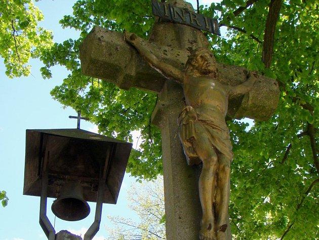 Více než sto let je starý kamenný kříž stojí na návsi v Čechtíně. Místní lidé jej nechali postavit v závěru 19. století jako symbol a poděkování za tehdy 50 let trvající panování císaře Františka Josefa I.
