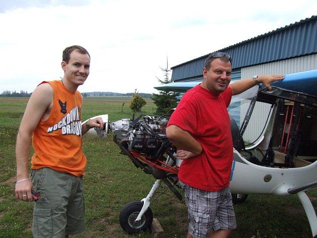 Navigátora Martina Dalajku (na snímku vlevo) a pilota Ondřeje Šilhana (na snímku vpravo) při přípravách na jejich pondělní odlet na Mistrovství světa ultralehkých letadel ve Španělsku.