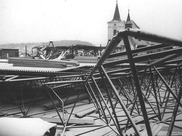 SMUTNÁ HROMADA TROSEK. Snímky zachycují zhroucenou střechu stadionu v zimě 1976/1977.
