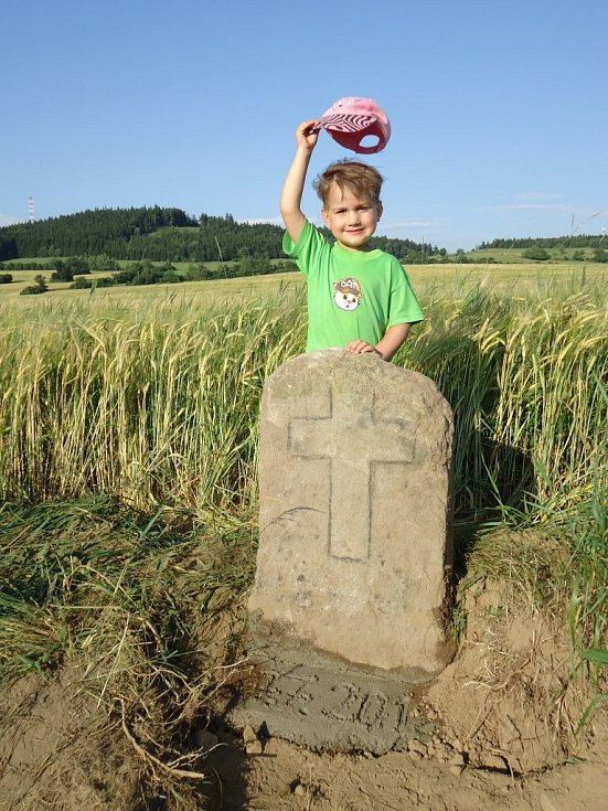 Vnučka Emanuela Nožičky s křížovým kamenem.