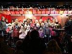 Rozsvícení vánočního stromu Na Hvězdě v Třebíči doprovázelo vystoupení pěveckých sborů Notička, Osmina a Resonance. Pódiem jim tentokrát byl vánočně nazdobený truck.
