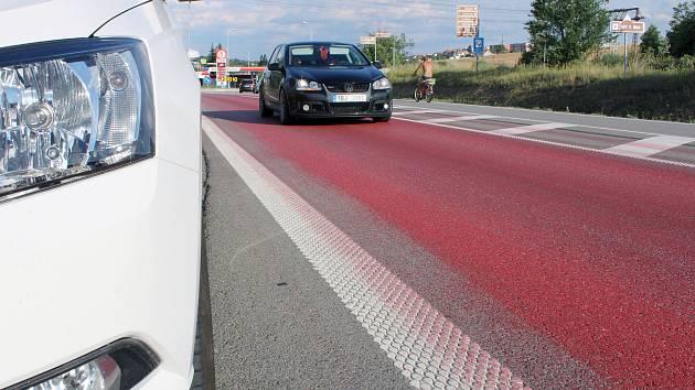 Od Náměště se táhne červená silnice. Barva vytekla z nákladního vozidla