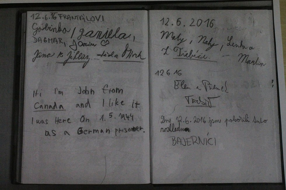 Zápis z vrcholového deníčku na Mařence, ten vlevo dole je od člověka, který zde byl už dřív, za války.