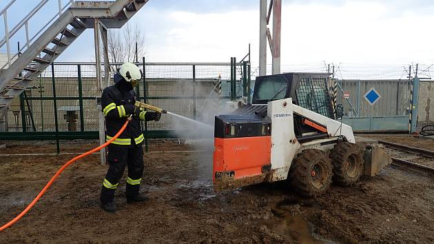 V jaderné elektrárně hořel bagr, hasičům stačilo sedm minut