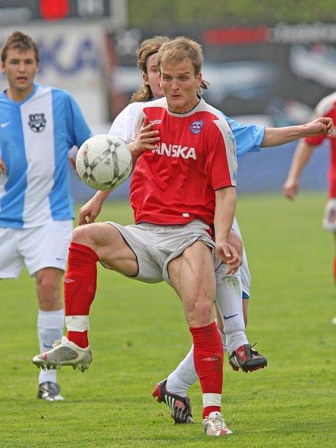 Do Jihlavy se už potřetí vrací útočník Pavel Simr (v červeném), který za klub z Vysočiny nastřílel jednadvacet branek. V zimě by se měl stát hráčem FC Vysočina.