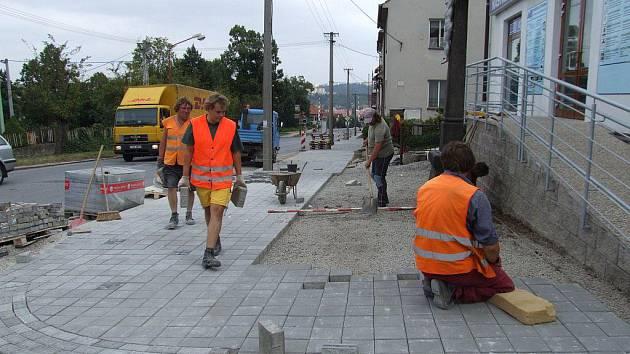 """Na nový chodník se mohou těšit všichni ti, kteří pěšky zdolávají """"borovinský kopec""""."""