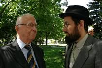 Pavel Fried (na snímku vlevo) pochází z Třebíče. Zdejší zastupitelé schválil návrh, aby mu bylo uděleno čestné občanství.