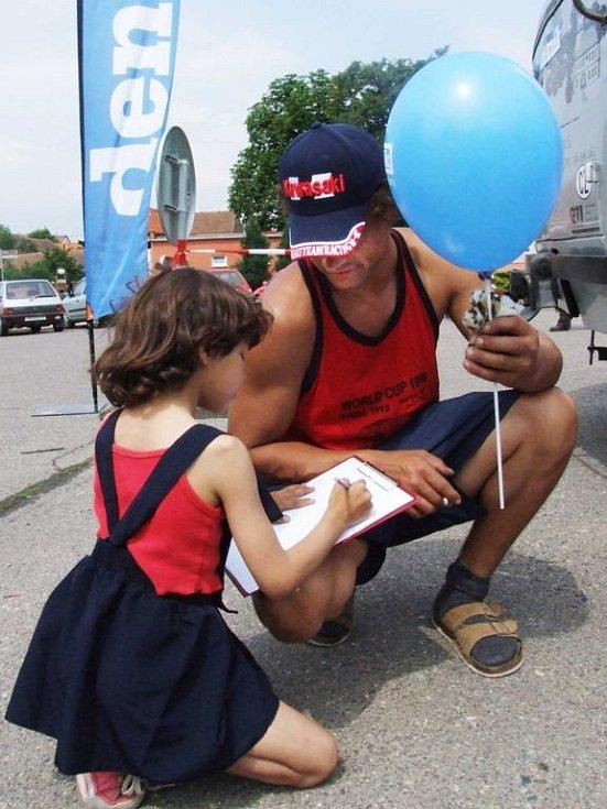Stovky balonků. Malí návštěvníci Dne s Deníkem v Hrotovicích si odnášeli domů mimo jiné modré balonky v barvách Deníku.