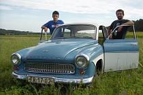 Wartburg 1000 v atraktivním dvoubarevném lakování v odstínech modré a bílé vlastní rodina Rouskových z Častotic.