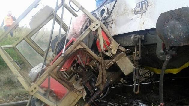Osobní vlak s traktorem se ve čtvrtek srazil na železničním přejezdu v obci Lesůňky na Třebíčsku.