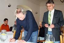 Představitelé obcí a podniků podepsali na radnici v Okříškách dohodu o finální podobě nových silnic. Ty mají snížit dopravní zátěž v Okříškách, usnadnit cestování z Třebíče do Jihlavy a vytvořit bezpečnější spojení k průmyslové zóně v Nové Vsi.