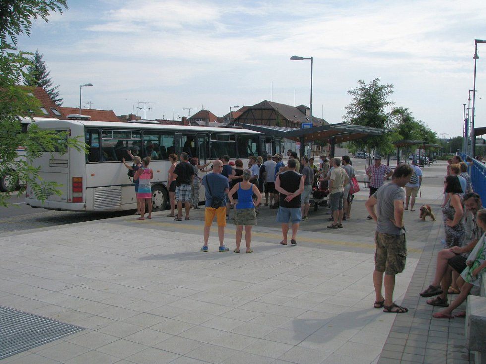 Na třebíčském vlakovém nádraží jsou zastávky náhradní autobusové dopravy na sousedním přestupním terminálu u zastávek číslo jedna a dva. V opačném směru lidé odjíždí ze zastávek naproti.
