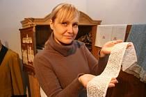 Kamila Říhová ukazuje krajku, kterou spolu s mnoha dalšími krásnými věcmi do muzea přinesli místní lidé.