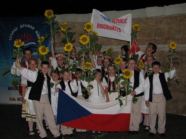 Celkem čtyři diplomy si z bulharského Obzoru přivezl folklórní soubor Rouchováček. Porota mezinárodního Festivalu umění ocenila malé zpěváky a tanečníky za udržování národních tradic a za choreografii vystoupení.