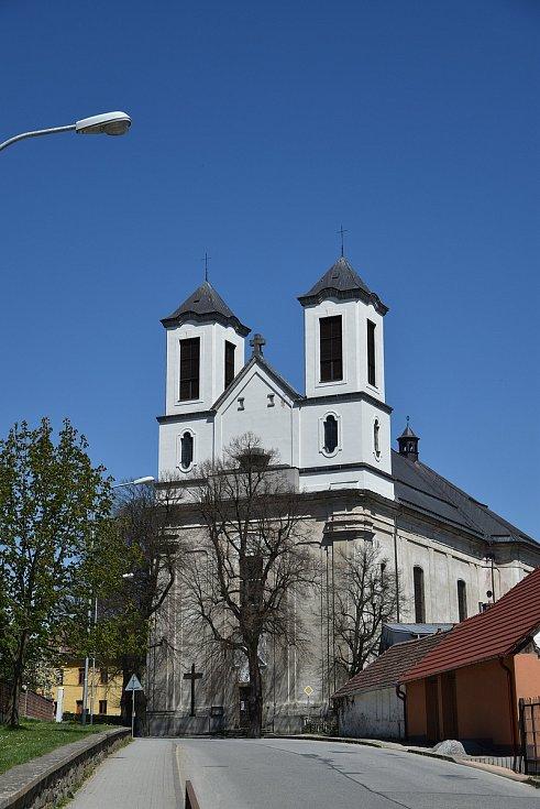 Pohled na kostel směrem od základní školy