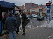 Nové elektronické označníky na zastávkách na Komenského náměstí.