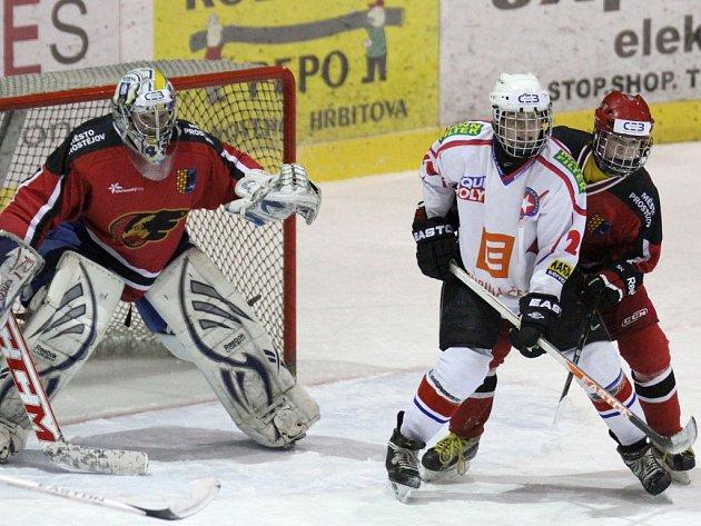Starší dorostenci Horácké Slavie Třebíč (v bílém) se stali prvním týmem, který letos bodoval na ledě Prostějova.