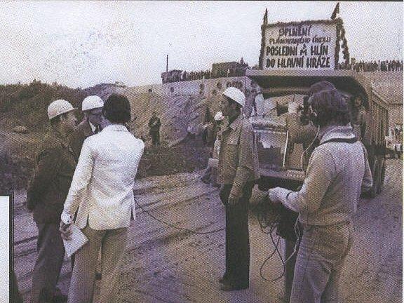 Historii přehrady připomíná několik archivních snímků. Poslední kubík hlíny do hráze tatrovky navezly 29. září 1977.