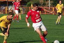 Juniorka HFK Třebíč (v červeném Tomáš Zsihovics) otočila derby ve Vladislavi a z půdy rivala veze tři body.
