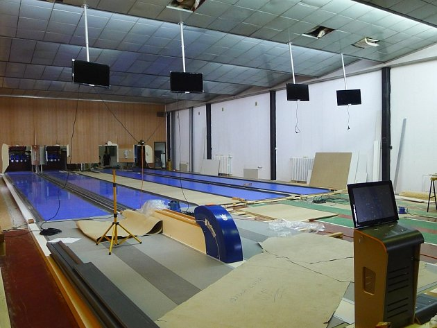 Pracovníci německé společnosti Spellmann namotovali nové kuželkářské dráhy ve sportovní hale Leopolda Pokorného v Třebíči.
