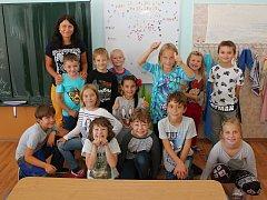 Na fotografii jsou prvňáčci ze ZŠ Rapotice společně s třeťáky, se kterými chodí do jedné třídy.