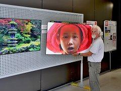 Václav Petr vystavuje své fotografie ve vstupní hale Jaderné elektrárny Dukovany.