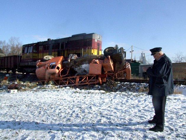 Srážka nákladního vlaku s autojeřábem.