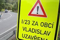 Značení o uzavírce u Vladislavi se od středy již zlepšilo a řidiči už tolik nebloudí. Skála je však stále nestabilní.
