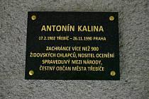 Radnice na novém hřbitově v Třebíči umístilo pamětní desku zachránci židovských dětí Antonínu Kalinovi.