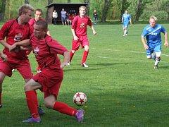 Fotbalisté Chlístova se letos dočkali prvního domácího vítězství až v 11. kole okresního přeboru, kdy porazili Výčapy (v červeném).