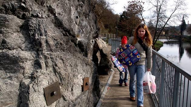 Chodci na mostku spojujícím Židovskou čtvrť s Hasskovou zahradou míjí nedávno vsazené zpevňovací kotvy. V době starostování Pavla Heřmana byla Židovská čtvrť propojena s centrem města dvěma lávkami pro pěší.