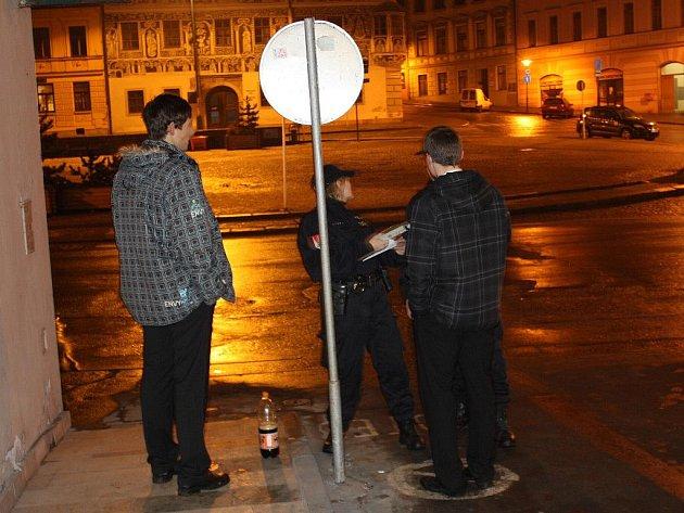 Třebíčská policie se zapojila v noci z pátku na sobotu do akce, při níž kontrolovali nalévání alkoholu mladistvím a na alkohol u řidičů.