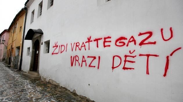 """Na zdi Zadní synagogy se v noci na 23. ledna objevil červený nápis """"Židi vraťte Gazu vrazi dětí""""."""