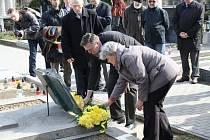 Pietní akt u hrobu Otokara Březiny.