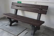 Vzorová lavička je k vidění a k posezení hned za dveřmi ve vstupu na třebíčskou radnici.
