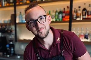 Adam Smilek provozuje v Třebíči koktejlový bar a bistro.
