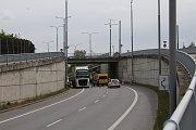 Uzavírka v Třebíči a její dopady. Ve Sportovní ulici se dá pod rampami projet, je tam jen omezení a zúžená vozovka.