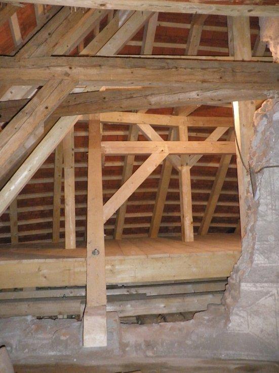 Nový krov a podlaha nad kaplí.