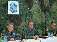 Cvičení Ramstein Rover 2013 představili (na snímku zleva) hlavní velitel cvičení Harry H. Schnell, velitel 22. základny Jiří Vávra a velitel cvičení za českou stranu Zdeněk Bauer.
