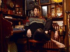 Sam Lee. Tento britský hudebník se podle vlastních slov snaží experimentovat s folkem. Tato hudba pak dokáže mnohem snáze oslovit i ty posluchače, kteří folk doposud opomíjeli.