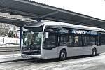 Nový autobus poháněný elektřinou jezdí na linkách číslo čtyři a deset.