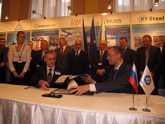 Předseda představenstva a generální ředitel firmy Envinet František Vágner (vlevo) podepisuje memorandum o spolupráci s ruskou společností Rosatom.