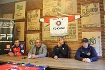 Kapitán Ladislav Bittner, předseda klubu Martin Svoboda, trenér Kamil Pokorný, asistent trenéra Jaroslav Barvíř (zleva) na předsezonním setkání s fanoušky.