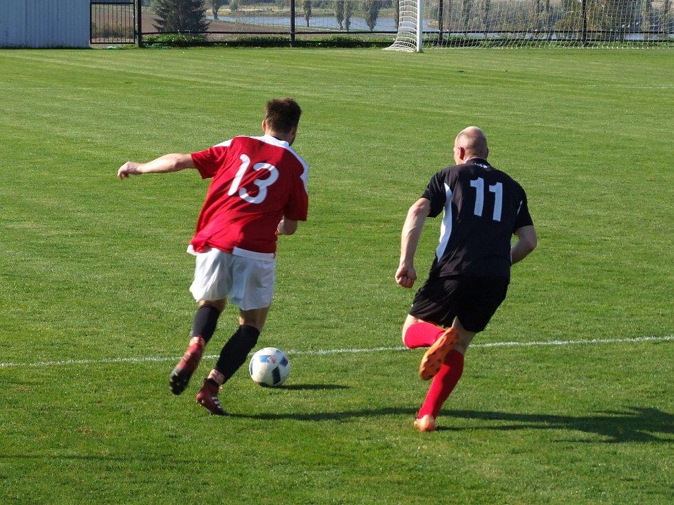 Rezerva Náměště-Vícenic (v bíločerveném) položila základ k vítězství nad Hrotovicemi (na snímku) dvěma slepenými góly už v prvním poločase.