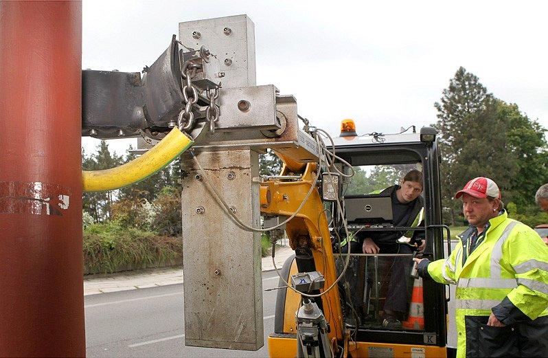 Speciální stroj zkouší stabilitu jednoho ze stožárů v Třebíči. Simuluje sílu větru.