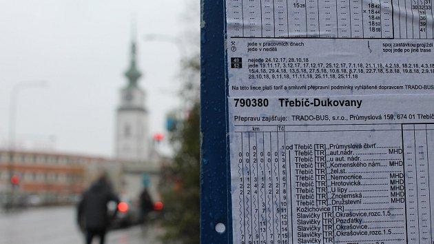 Nové jízdní řády najdou cestující promoklé na nechráněných vývěskách dvou protilehlých zastávek v Sucheniově ulici. Obě zastávky se jmenují shodně: u aut. nádr.