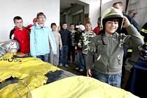 Navštívit hasičskou zbrojnici, prohlédnout si výstroj, hasební techniku a vozy, či popovídat si přímo s požárníky měli v pátek možnost návštěvníci, kteří zavítali na den otevřených dveří hasičské zbrojnice v Jaroměřicích nad Rokytnou.