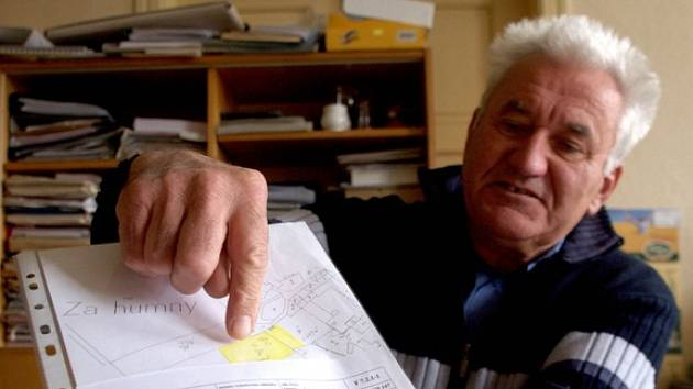 LOKALIZACE VRTU. Starosta Babic Miloslav Vecheta ukazuje v nákresu místo, kde je vydatný zdroj vody.