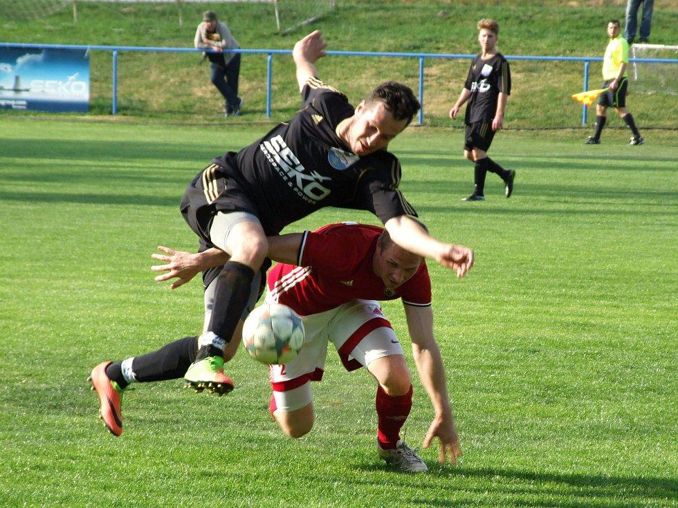 Hartvíkovice (v černém) nebyly v utkání 19. kola I. B třídy proti Nedvědici lepším mužstvem na hřišti. Těsné vedení zkraje druhé půle nakonec uhájily i bez vyloučeného Milana Outulného.