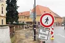 V Jaroměřicích budují nové chodníky.